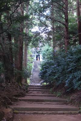 まっすぐ進んで、階段を登り切る...