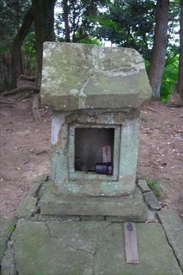石の祠がある。...