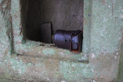 祠の中にカメラケースが・・・。...