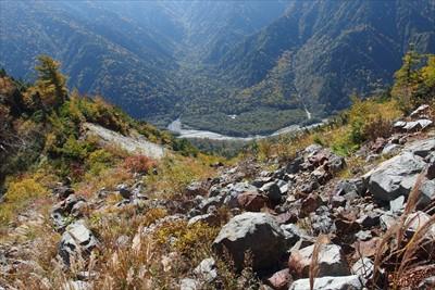宮川のコルから梓川を見下ろす。...