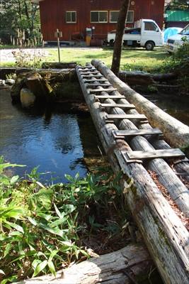 ・・・しっかり橋を渡って道なり...