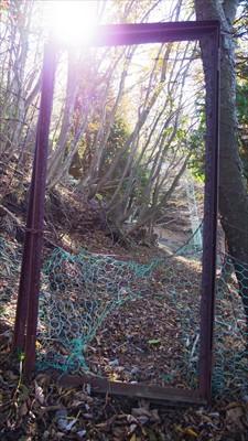 この柵を越えると鉄塔は目の前。...