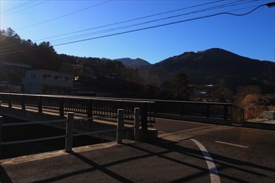 道の駅を出てすぐ左にある橋を渡...