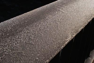 橋の欄干に霜が付いている。...