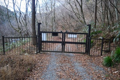 ゲートがある。右側から抜けられ...