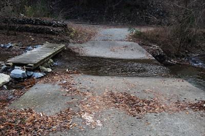 再び川を渡る。この左側の木橋の...