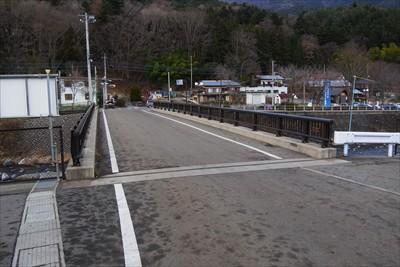 この橋を渡って右に曲がると・・...