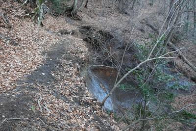 登山道の崖側が大きく崩れている...