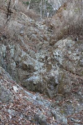 山側の岩崖の上部に白い人がいる...