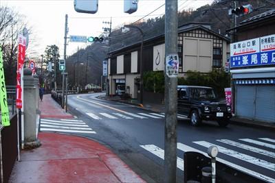 「高尾山入口」の交差点を左。...