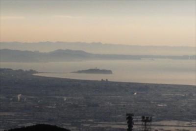 江ノ島の向こうが三浦半島、その...