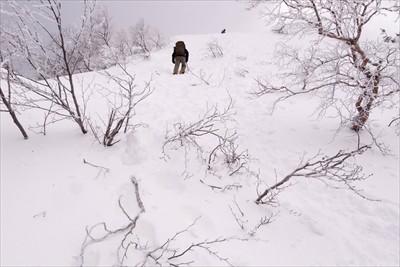 雪の壁のような急登。...