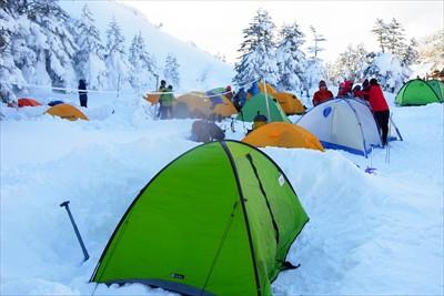 ふ〜、到着。テントがいっぱいに...