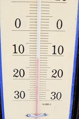 小屋前の温度計。−11℃くらい...