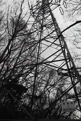 弦巻線の1号鉄塔の脇を通る。...