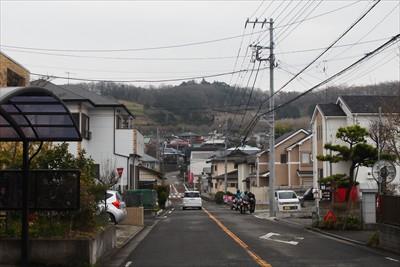 正面に権現山と弘法山の稜線が見...