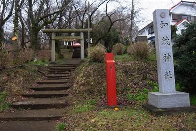 正面が加茂神社。ここを左に曲が...