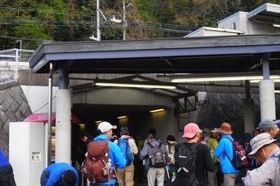 駅を出てすぐ横のトンネルをくぐ...