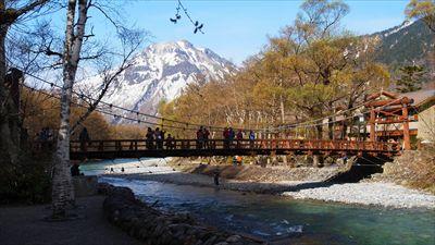 河童橋越しの焼岳。...