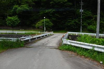 この橋を渡って右に進んで・・・...