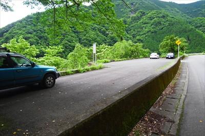 寺ノ沢橋を渡った少し先にある駐...