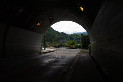 トンネルを出てすぐ左に・・・...