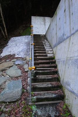 ダムの脇に登山道が作られている...