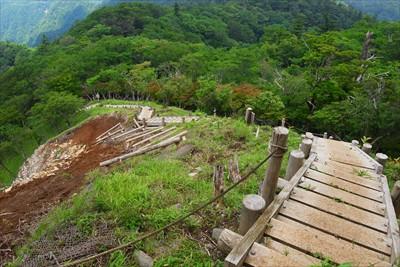木の階段を下る。階段キライ。...