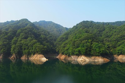 宮ヶ瀬湖の向こう側、中央の谷の...