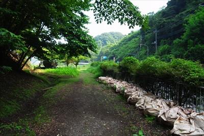 左側ある辺室山の登山口をパスし...
