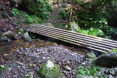 橋が流されているけど、1歩で渡...