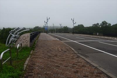 中標津大橋を渡ります。...