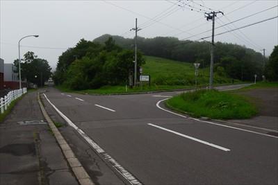 しばらく歩くと右に曲がる道があ...