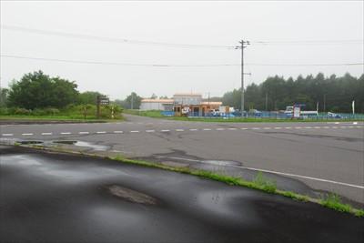 交差点に出た。写真のすぐ右側に...