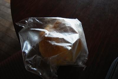 明日の朝食用に冷凍パンを購入。...