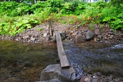 牧場脇の沢を渡る。ここも橋が流...