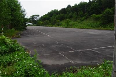 ・・・何かの駐車場に出た。...