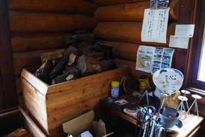 ここに薪が置いていある。壁には...