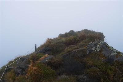 山頂標の少し奥にあるこの岩場が...