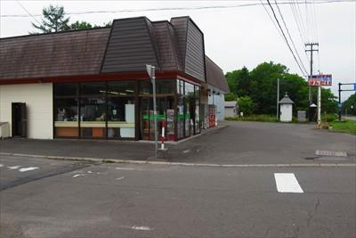 ここの角に商店がある。...