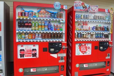 商店の前にある自動販売機。...