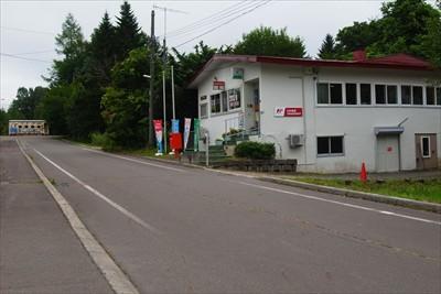 駅前の郵便局。郵便局は日本中い...