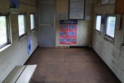 駅舎の中には小さいベンチがある...