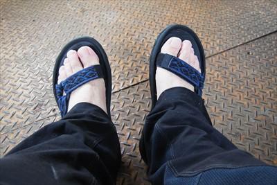 靴を脱いでサンダルに履き替えた...