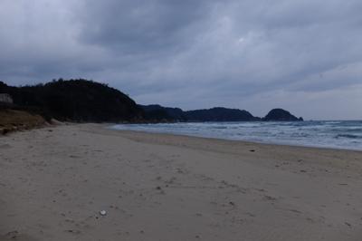 浜辺に出たら海岸線を進む・・・...