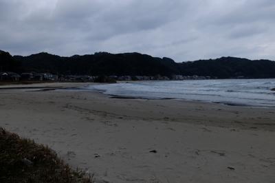 再び浜辺を歩く。...