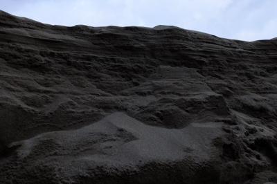 川の流れで削られた崖(?)、高...