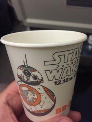 機内の飲み物のコップがスター・...