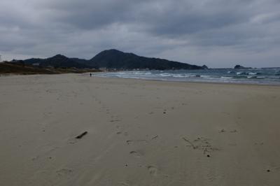 再びしばらくの砂浜歩き・・・。...