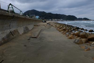 一部砂浜が激しく侵食されている...
